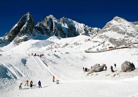 乘玉龙雪山封闭式缆车直上海拔4506米的四季滑雪场