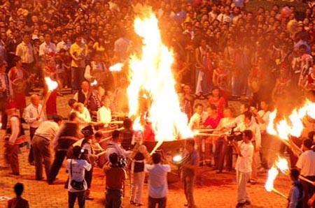 不同的民族举行火把节的时间也不同,大多是在农历的六月二十四,主要