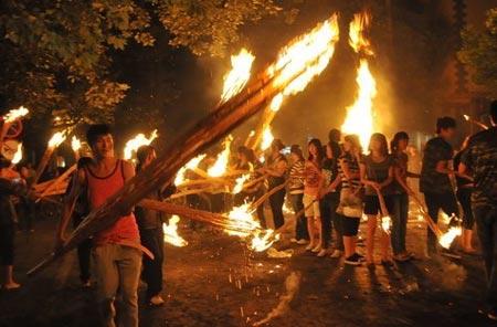 燃起火把跳起舞