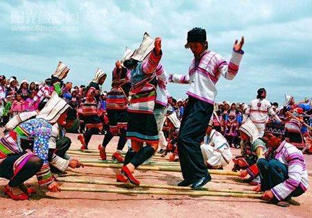 ...基诺族聚居在云南省西双版纳傣族自治州景洪市的基诺洛克山区...