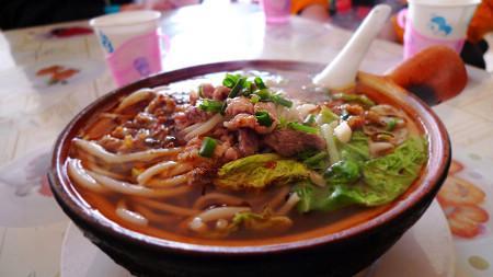 来一碗砂锅米线-小街小巷闲庭信步 随香误入安宁美食的大观园 休闲安