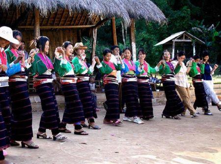 德昂族欢乐的舞蹈  德昂族,现有人口1.5万(1990年),为云南独...