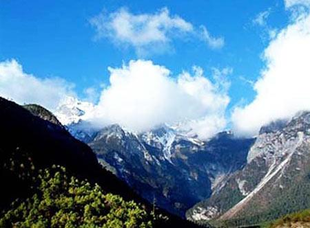 2米(永德大雪山峰巅),最低海拔450米(孟定南汀河河口);由于北回归线横