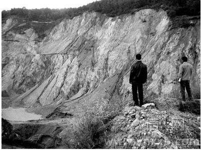 毁林开矿留下的天坑-矿业公司疯狂采矿 祥云县千亩林地遭毁坏 云之焦