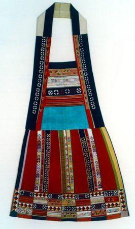 其目的是为下一步彝族刺绣产业化发展寻找灵感,满足旅游商品市场需求