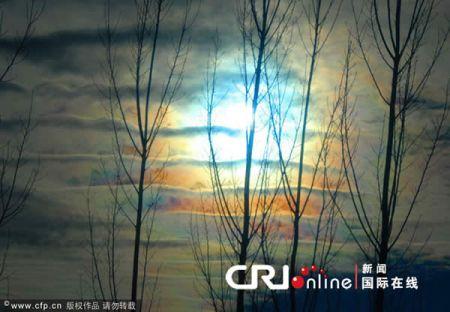 据了解,出现的彩云是太阳光线和云彩中的冰晶结构产生的光的折射