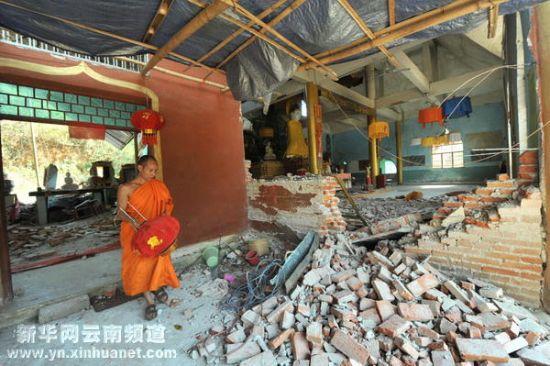 盈江:佛寺佛塔因地震损坏(组图)