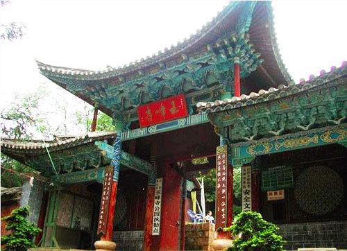 玉峰寺前门玉峰寺位于玉龙山的南麓,距离丽江县城13公里....