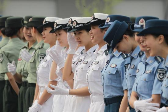 着预备役部队夏装的女军人