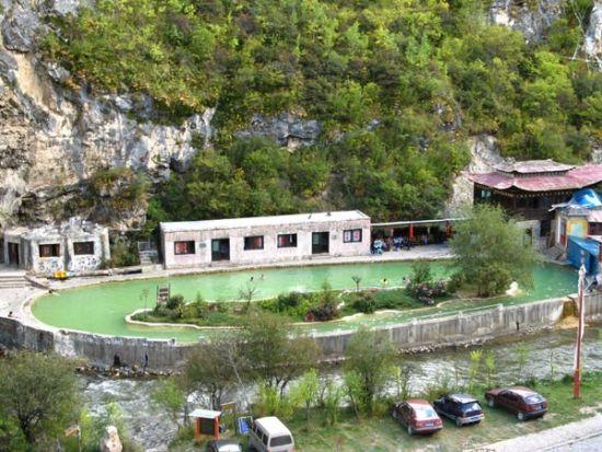 天生桥温泉:感受香格里拉藏族佛教圣地风情