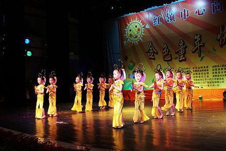 县幼儿园表演时装秀《我的舞台》