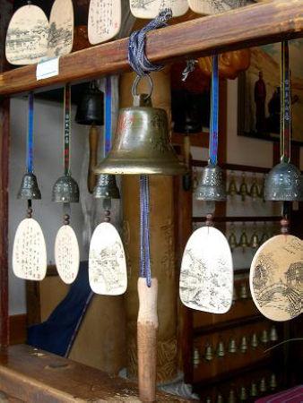 铃铛下悬一块手绘风景木牌画