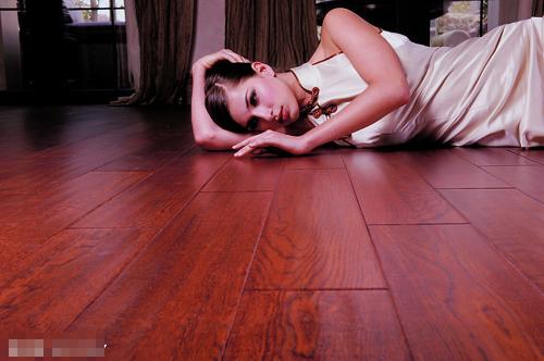 比如三层实木地板,最上层采用了质地坚硬的木材