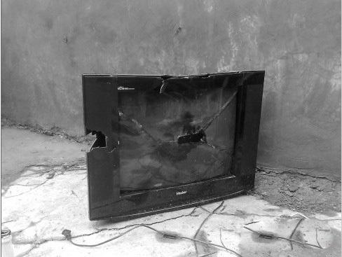 被砸烂的电视机