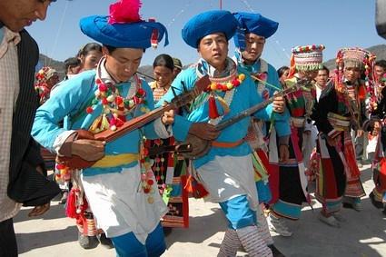 傈僳族青年男女欢庆阔时节