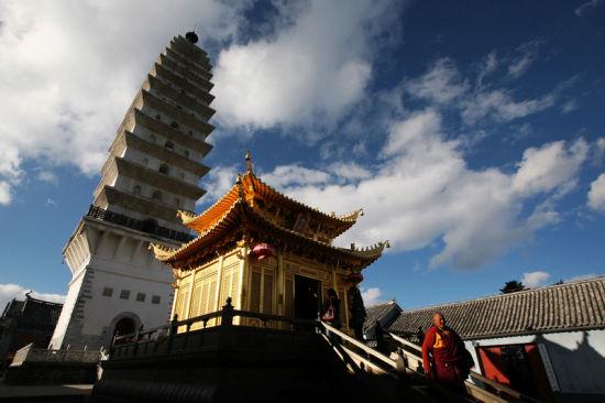 阳光照耀着佛塔,更透出一种禅文化的纯净