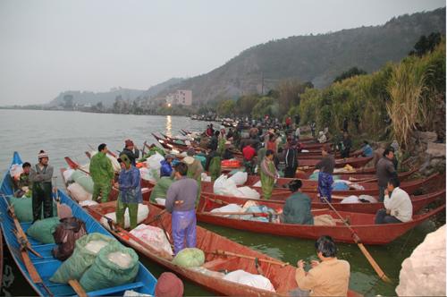 天刚刚亮,渔家就已经在湖边等待出发