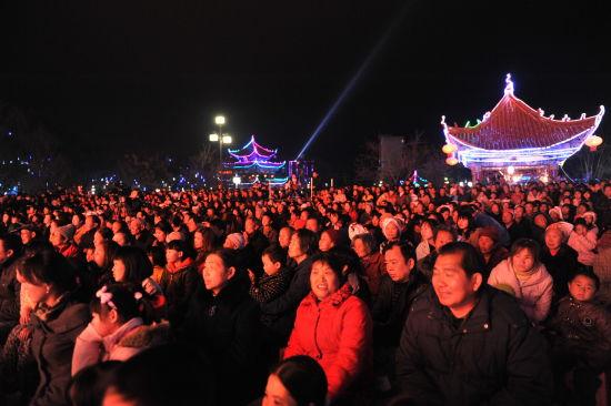 全县各族群众近2万人集聚聚在古城明珠――莲湖观看演出