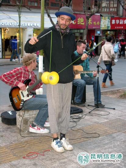 三位外国人在昆明街头表演引来众多人观看。记者李梦婷 摄