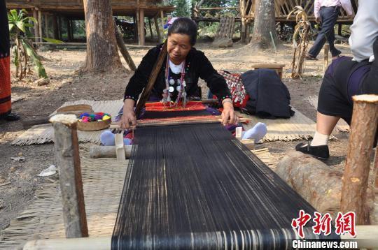 景颇族妇女现场表演独特手艺 杨绍辉摄