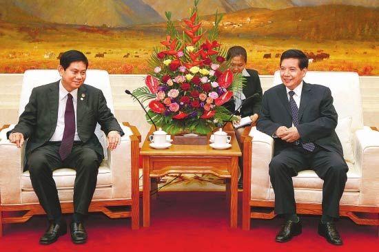 秦光荣在昆明会见吴泰乌一行。 摄影:记者 刘建华