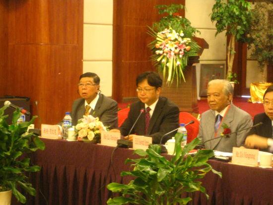 云南省商务厅副厅长李极明致开幕词