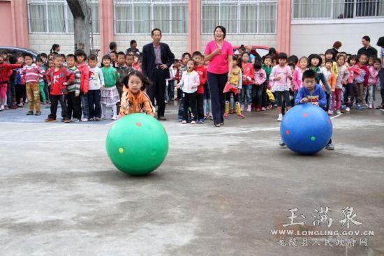"""县幼儿园举行的""""文明礼仪快乐游戏""""亲子活动在这里热闹开场."""