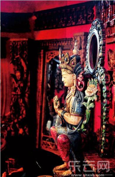 南亚展商带来的具有神秘色彩的佛像。摄影:党建为 马宏波