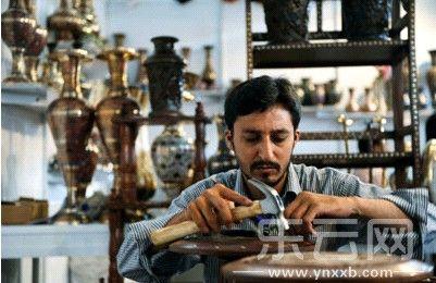 巴基斯坦展商正在现场制作小铜器。