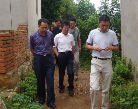 省地震局副局长毛玉平(中)和市局副局长毕小忠(左)前往嵩明杨林落实宏观异常情况