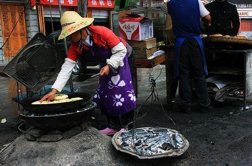 品尝云南大理白族的名吃喜洲粑粑
