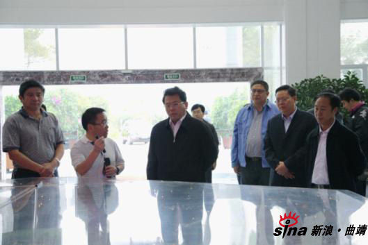 沙盘时驰宏公司总经理陈进向一行领导就公司目前的生产经营情况及