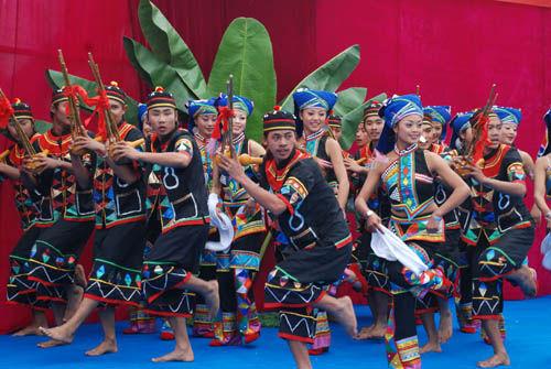 布朗族布朗族居住在云南省西双版纳傣族自治州勐海县的布朗山...