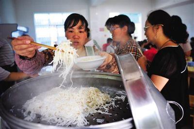 曲靖独有的小吃蒸饵丝。这也是当地人最喜欢吃的早点。