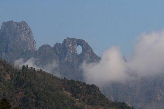 白云不时在石月亮的身边飘过(图片来源:映山红)
