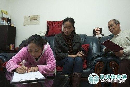 西坝北社区的工作人员对西华小区公租房申请人进行入户调查 见习记者王小琴/摄