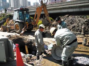 昆明通用水务自来水公司工作人员抢修破损管网。