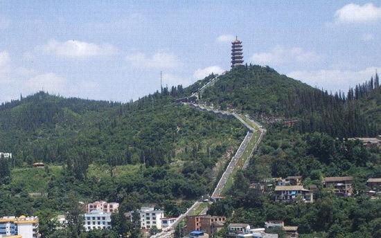 (四)文笔塔.矗立于文山城东侧东山顶