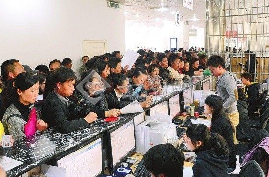 昆明市房产交易中心人流量继续增加 翟剑 摄