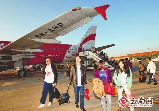 国内外旅客抵达昆明长水国际机场。