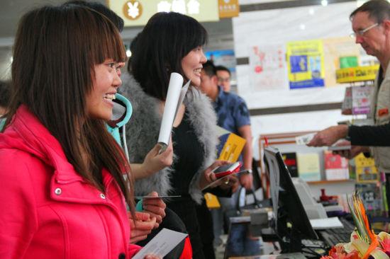 邱威功的粉丝们在排队等待邱老师的签字