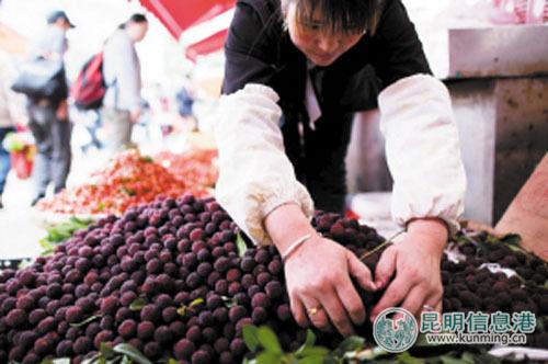 篆新农贸市场内,成熟的杨梅已经上市。记者孟祝斌\摄