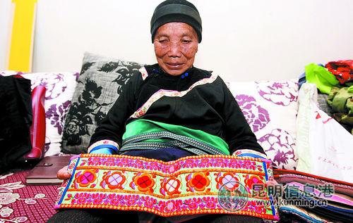 非遗传承人张美凤展示她的刺绣作品。