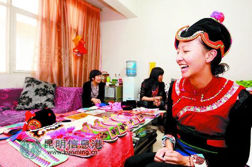 彝族女孩穿上本民族服饰。