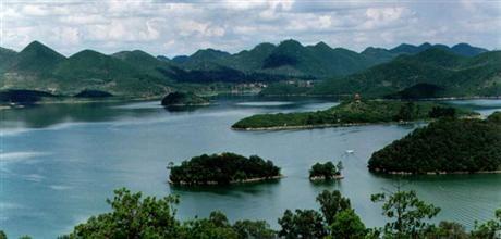 浴仙湖终年湖水常绿,湖中绿岛如画,湖岸线曲折有致,植被较好,形成