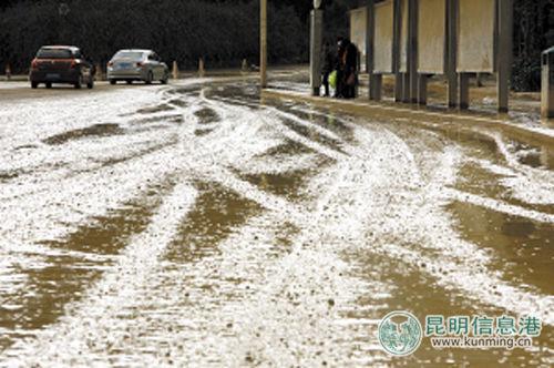 2011年12月,春雨路车家壁段糟糕的路况。记者王小琴\摄 昆明信息港配图