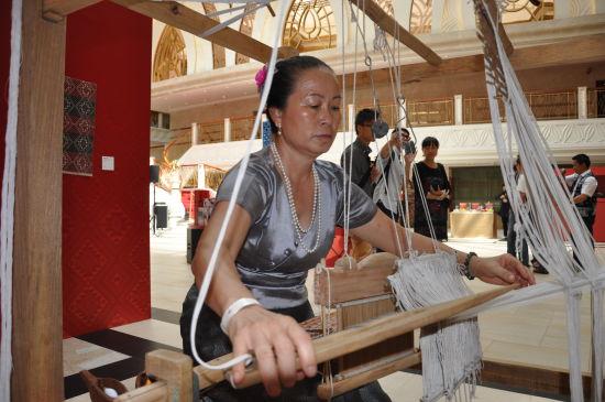 傣族传承人现场展示技艺