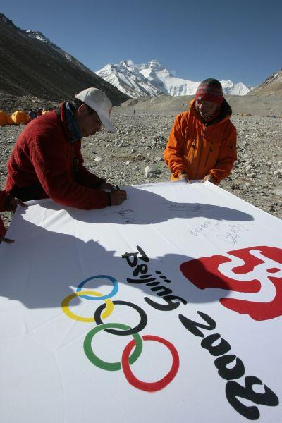 2006年5月金飞豹与饶剑锋在登顶珠峰后为2008北京奥运会签名祈福