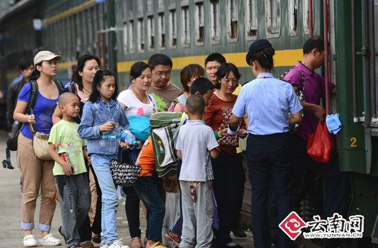 7月7日,旅客在成昆铁路广通火车站乘车。(通讯员 汪建云 摄)