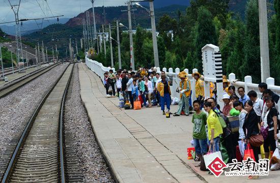 7月7日,旅客在成昆铁路禄丰火车站等候上车。(通讯员 汪建云 摄)